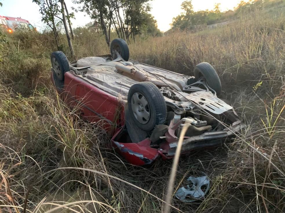 Carro capotou e caiu em uma ribanceira de dois metros — Foto: Polícia Rodoviária Federal/ Divulgação