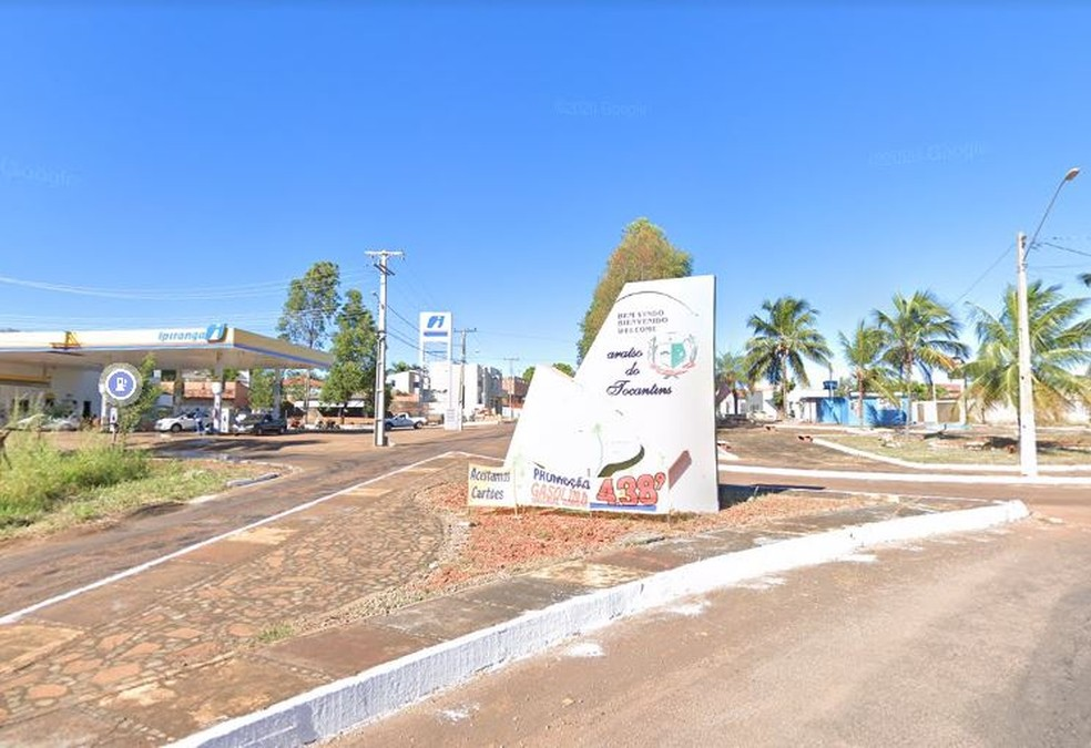 Imagem de junho de 2019 mostra a placa atingida no acidente — Foto: Reprodução/Google Street View