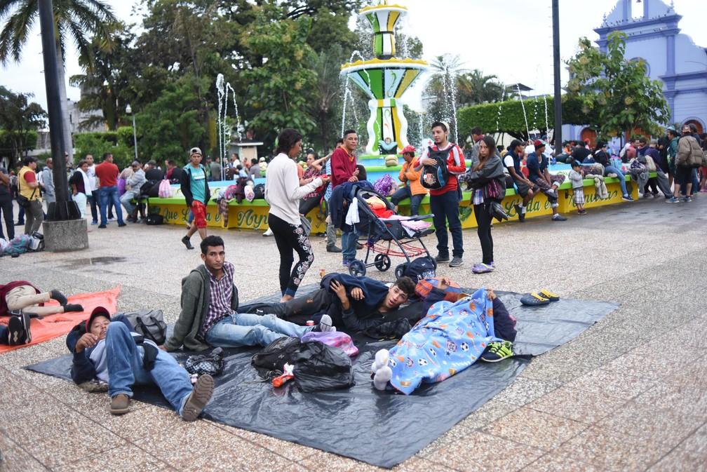 Hondurenhos descansam na cidade de Tecún Umán, na Guatemala, nesta sexta-feira (19) — Foto:  Johan Ordonez / AFP