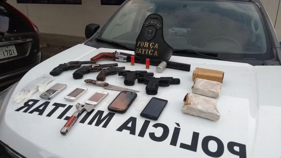 Armas e drogas foram apreendidas após troca de tiros na Zona Oeste de Natal (Foto: PM/Divulgação)