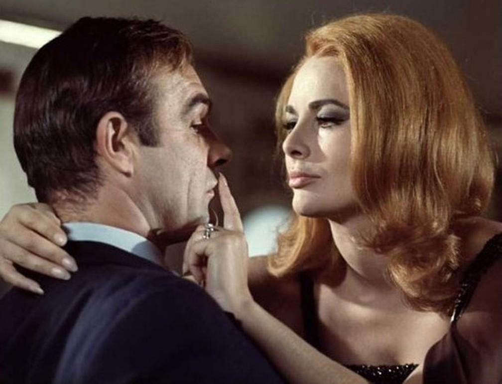 """Sean connery e Karin Dor em cena de """"Com 007 Só Se Vive Duas Vezes"""" — Foto: Reprodução"""