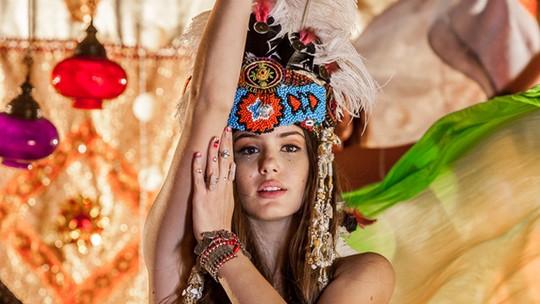 Camila Queiroz brinca de índia nos bastidores de ensaio místico
