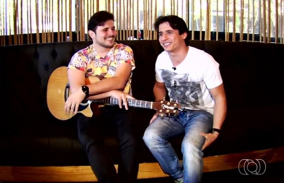 Waldemar (à direita) formava a dupla sertaneja 'João Pedro e Waldemar' — Foto: Reprodução/TV Anhanguera