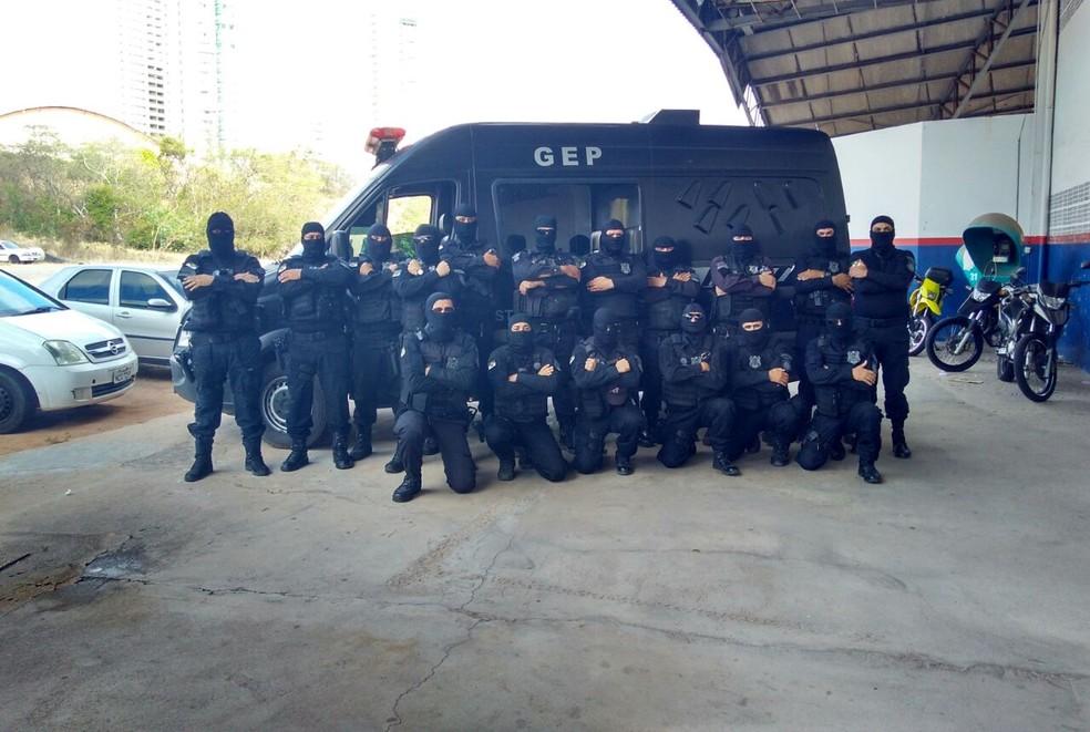 Agentes da Escolta Penal do Rio Grande do Norte cruzaram os braços, literalmente (Foto: Marksuel Figueredo/Inter TV Cabugi)