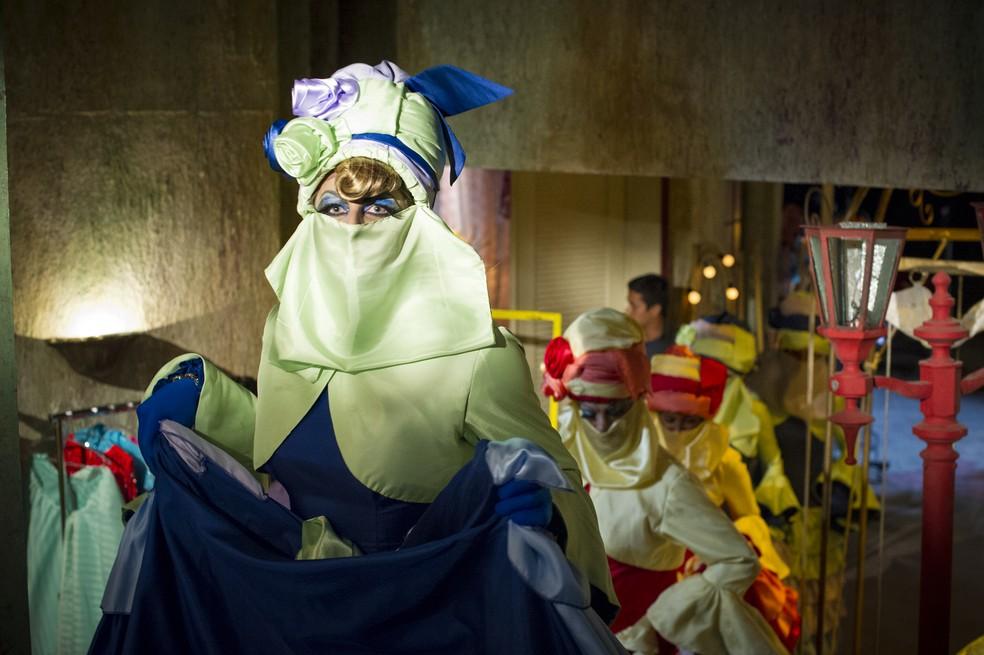 Cassiano (Henri Castelli) e Duque (Jean Pierre Noher) se vestem de mulher, em 'Flor do Caribe' — Foto: Alex Carvalho/Globo