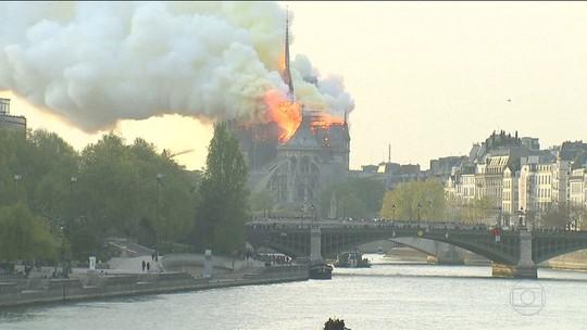Incêndio consome catedral de Notre-Dame de Paris