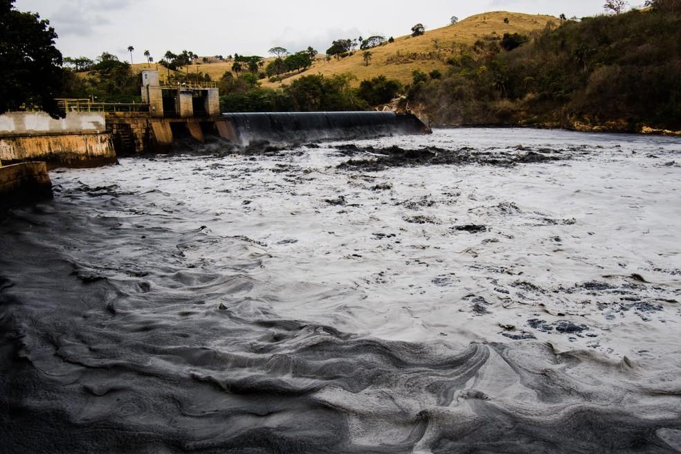 Água do Rio Tietê em Salto (SP) ficou com tonalidade escura — Foto: Fernando Galvão/Arquivo pessoal
