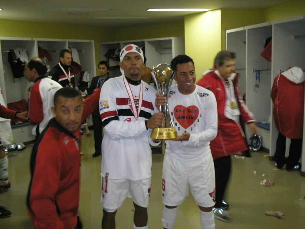 Amoroso e Júnior posam com taça do Mundial de 2005 — Foto: Arquivo Pessoal Souza