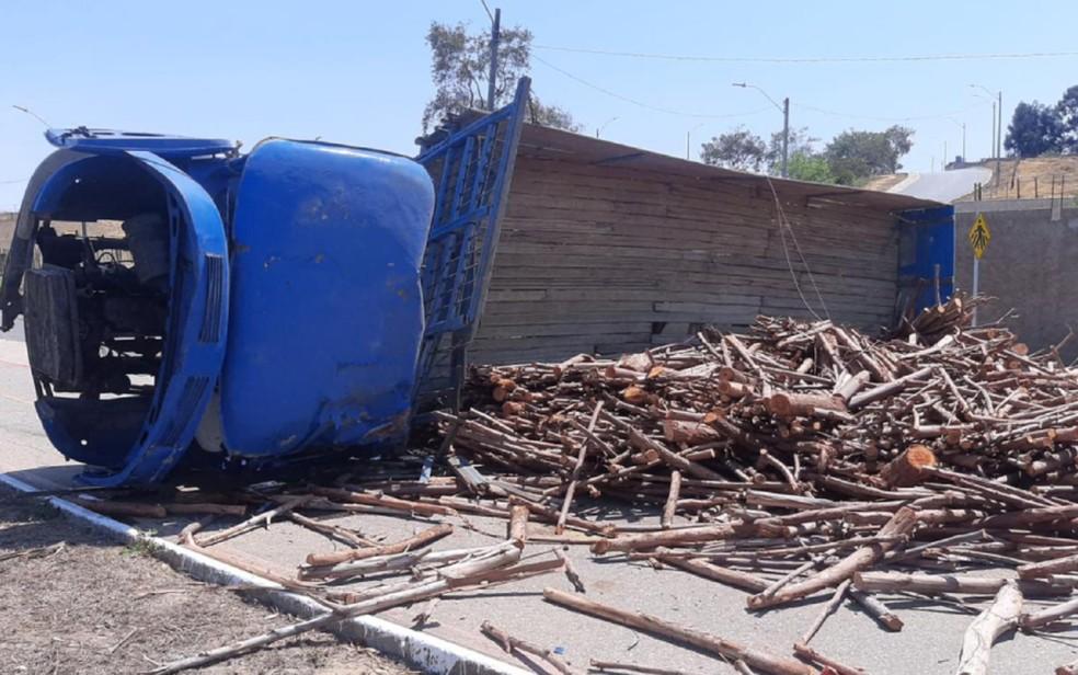 Caminhão perde o controle e tomba em Vitória da Conquista, no sudoeste da Bahia — Foto: Reprodução/Redes Sociais