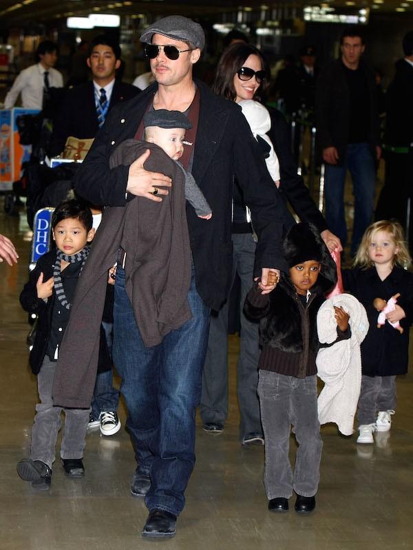 O ator Brad Pitt, a atriz Angelina Jolie e alguns de seus filhos (Foto: Getty Images)