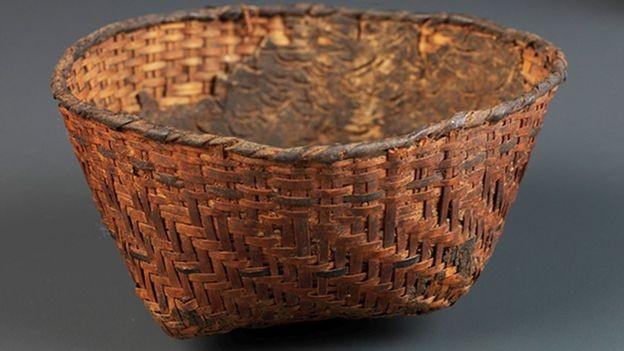 Este cesto sambaqui foi revestido internamente com resina; trata-se de uma peça rara, em virtude da dificuldade de preservação de materiais orgânicos em climas tropicais (Foto: DIVULGAÇÃO/MUSEU NACIONAL)