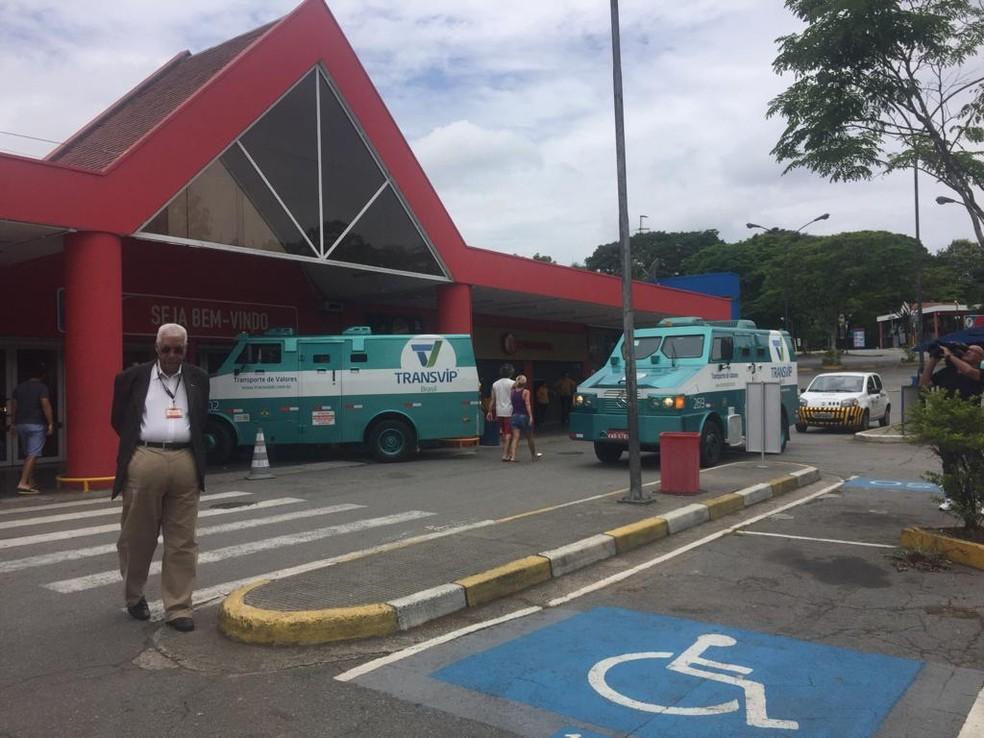 Assalto a carro-forte tem troca de tiros e feridos em supermercado da Raposo Tavares — Foto: Isabela Leite/GloboNews