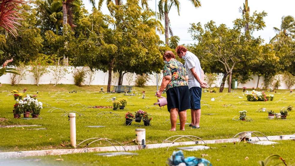 Cemitérios registram pouco movimento no dia dos pais — Foto: Raniery Melo/MKTGV