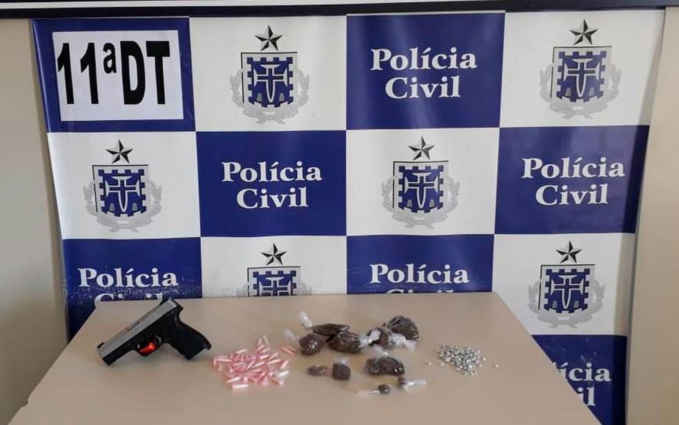 Pistola foi abandonada por criminosos em Engomadeira, em Salvador (Foto: Divulgação / PM)