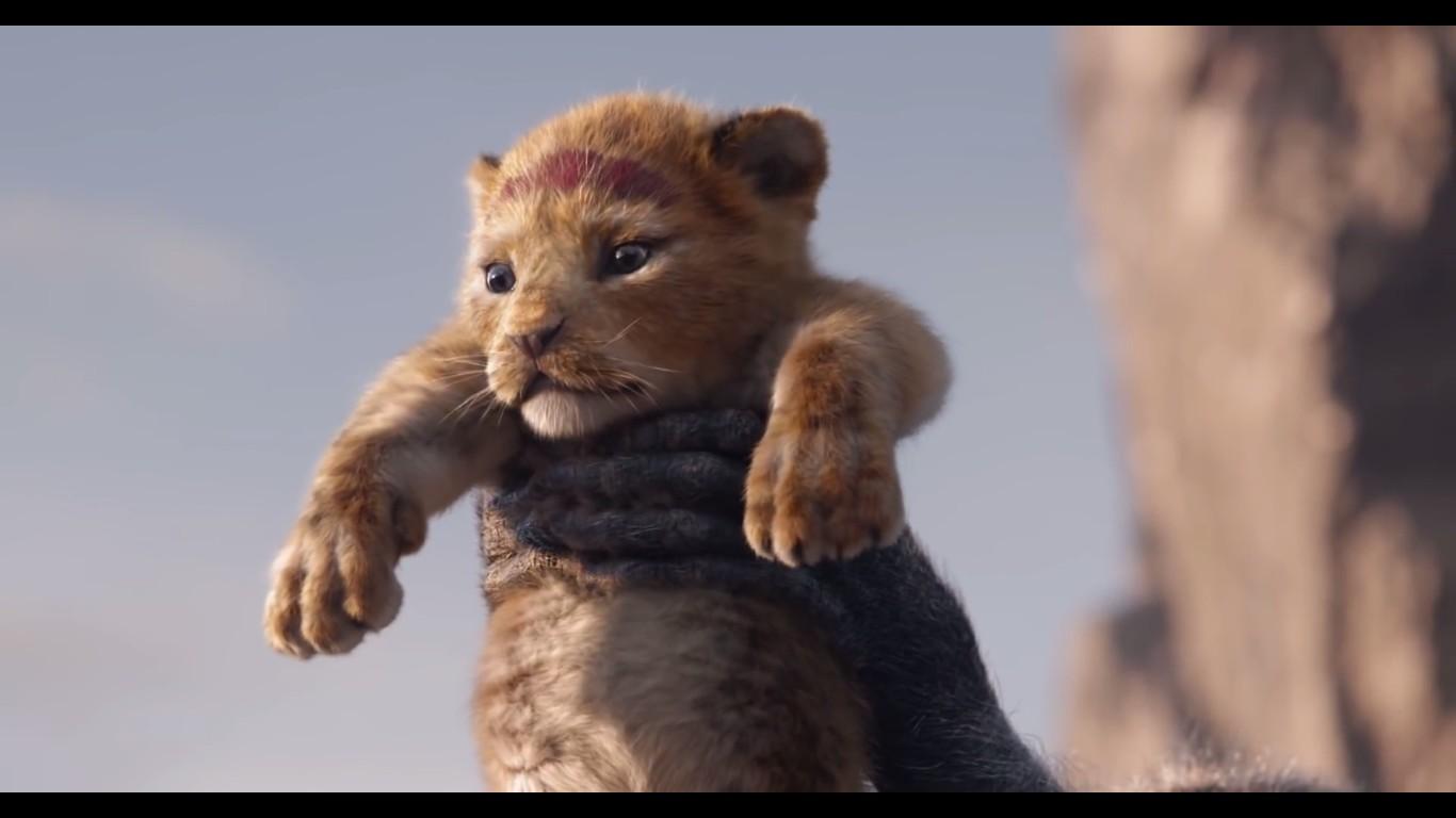 O bebê Simba sendo erguido por Rafiki em cena de O Rei Leão  (Foto: Reprodução)