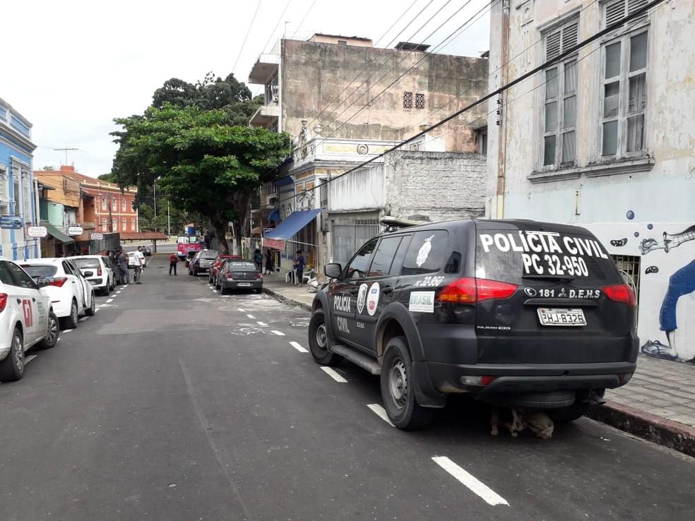 Polícia foi até hotel no Centro de Manaus apurar caso de jovem encontrada morta — Foto: Rebeca Beatriz/G1 AM