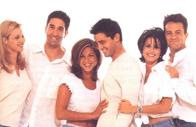 Na primeira temporada de 'Friends', exibida em 1994, Courteney Cox tinha o cabelo curto, com franja desfiada (Foto: Divulgação)