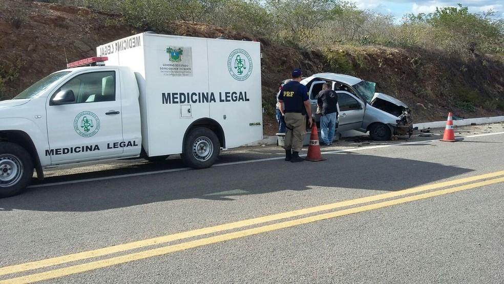 Veículo com família foi atingido por carro que fazia ultrapassagem em curva, de acordo com a PRF. (Foto: Divulgação / PRF)