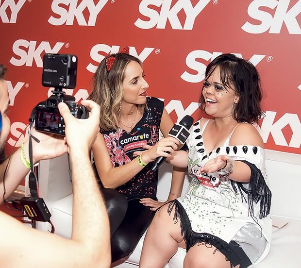 A editora-assistente Giulianna Campos grava uma entrevista com Juliana Caldas no espaço da Sky (Foto: Daniel Janssens/ QUEM)