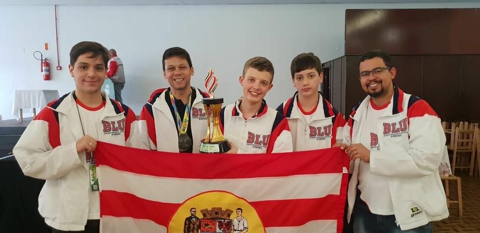 Refael Leitão e equipe campeã dos Jogos Abertos de Santa Catarina — Foto: Divulgação