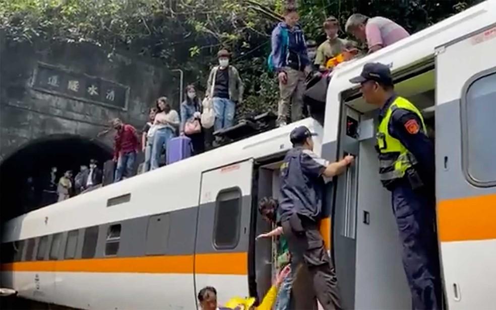 Passageiros são resgatados de trem descarrilado em Taiwan — Foto: hsnews.com.tw / via AP Photo