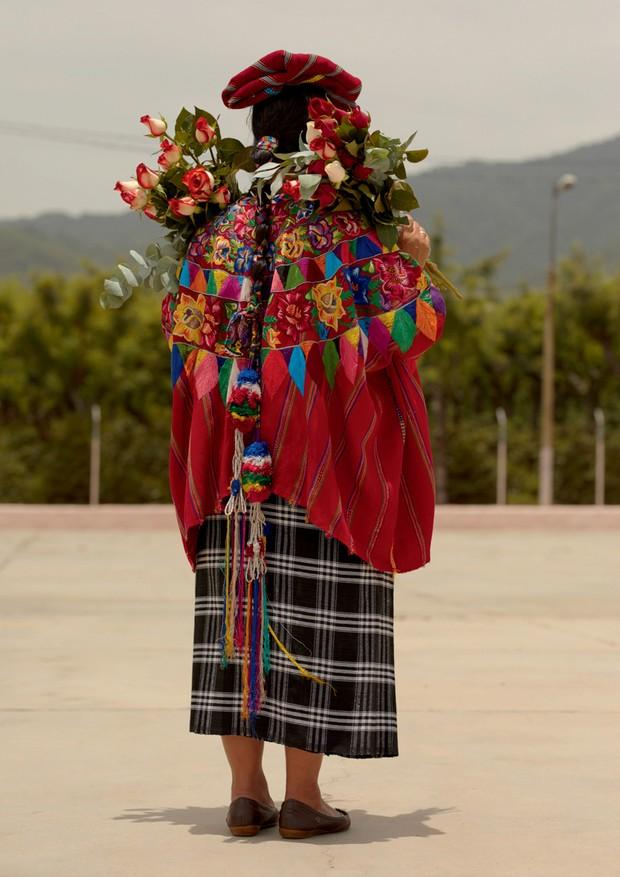 Na Guatemala, madaglena Coyote, artesã, agricultora e filantropa, usa trajes maias típicos. o vermelho, diz ela, representa a cor do sangue derramado pelos colonizadores. o preto da saia é o luto; o branco, a pureza do feminino (Foto: Cecília Duarte)