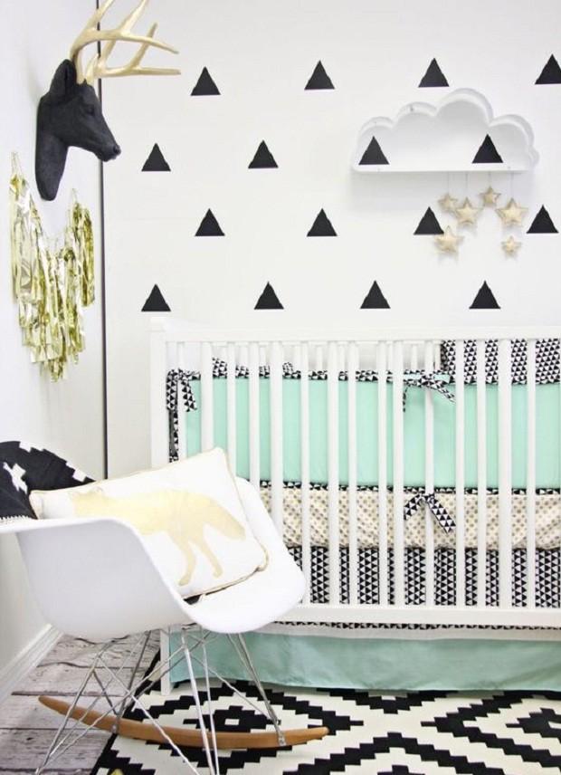 Um ponto de cor na roupa de cama, por exemplo, ajuda a deixar o berço preto mais leve (Foto: Pinterest)