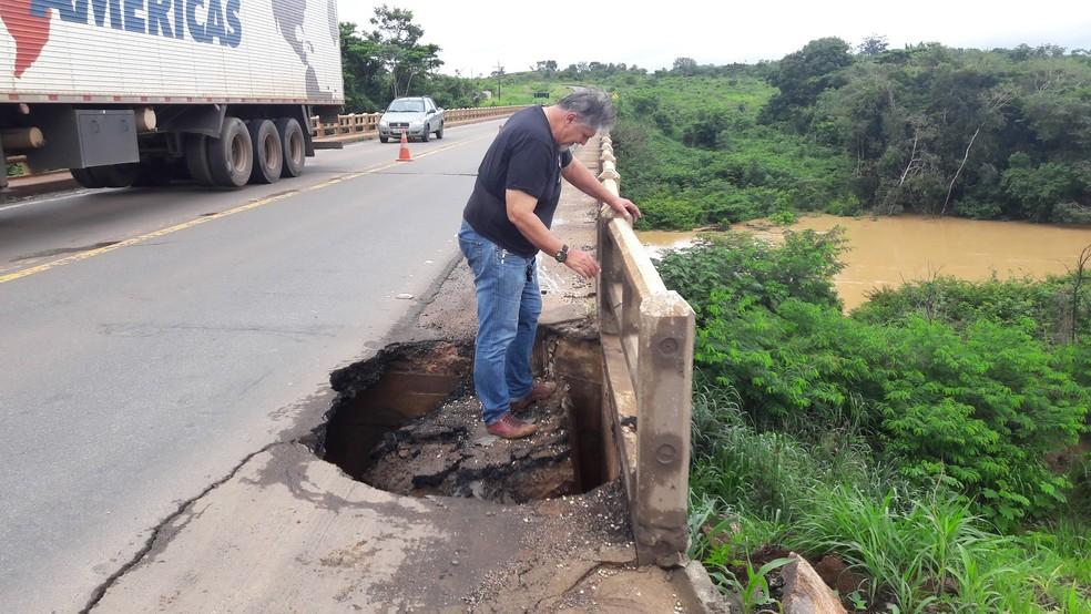 Buraco se formou neste fim de semana na rodovia (Foto: Rinaldo Moreira/G1)