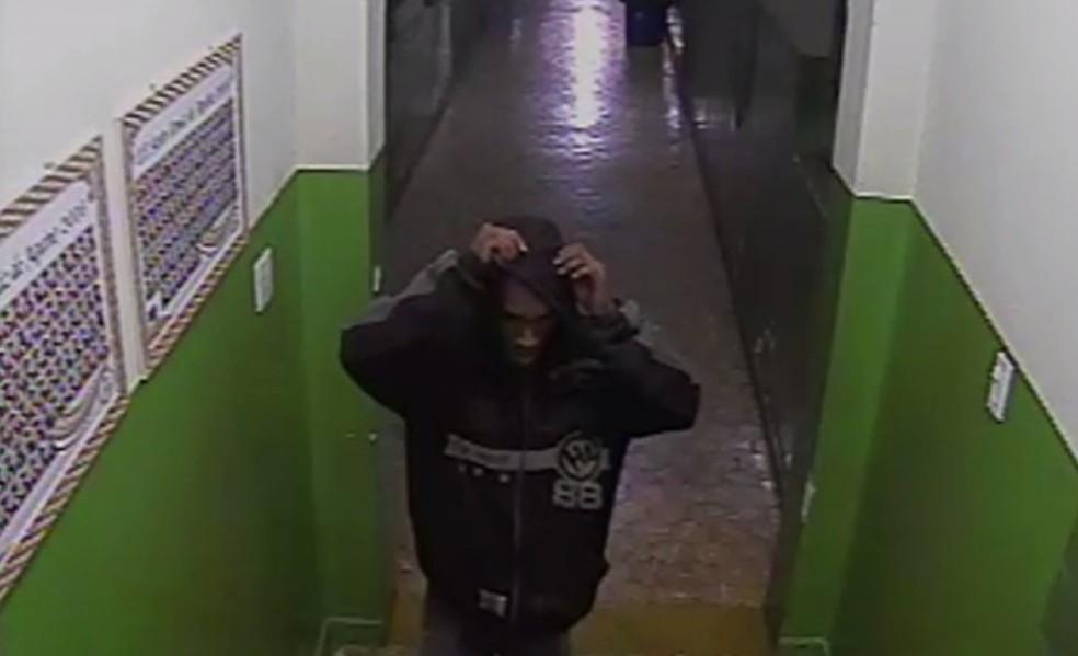 -  Nos três arrombamentos, o suspeito usava a mesma roupa  Foto: TV Integração/Reprodução