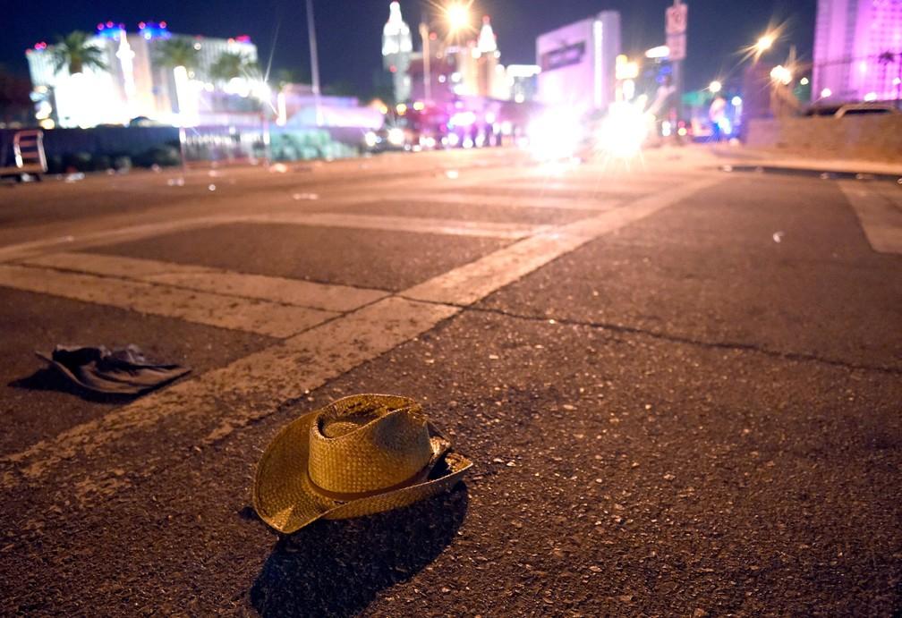 Um chapéu de cowboy é visto na rua após tiros serem disparados sobre multidão em um festival de música country em Las Vegas, nos EUA (Foto: David Becker/Getty Images/AFP)