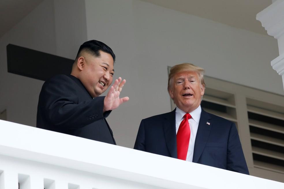 -  Kim Jong-un acena da sacada do hotel Capella, em Singapura, ao lado de Donald Trump  Foto: Reuters/Jonathan Ernst