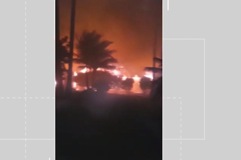 Incêndio atinge quiosques e vegetação de área de hotel no extremo sul da Bahia; VÍDEO