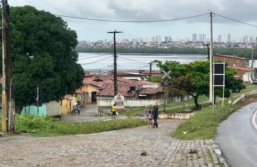 Comunidade Beira Rio fica na Zona Norte de Natal, logo após a Ponte de Igapó (Foto: Clayton Carvalho/Inter TV Cabugi)