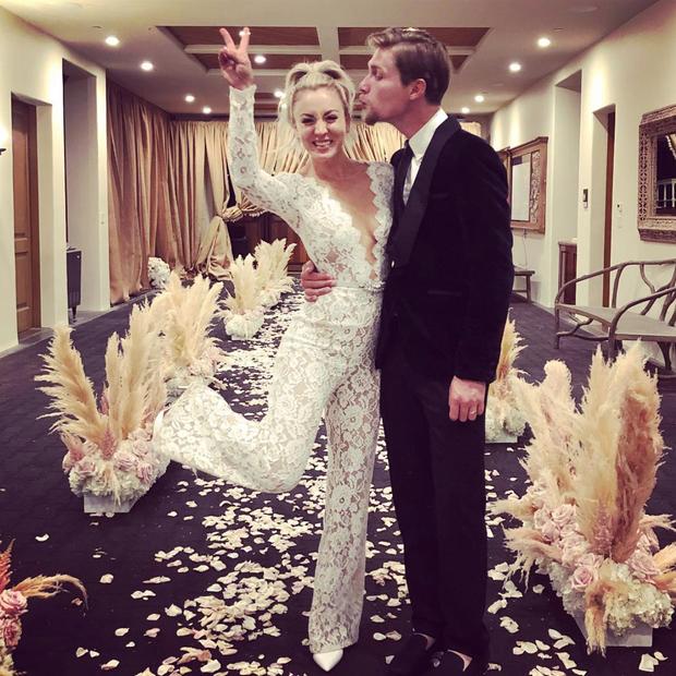 Kaley Cuoco e Karl Cook se casam em estábulo. (Foto: Instagram Kaley Cuoco/ Reprodução)