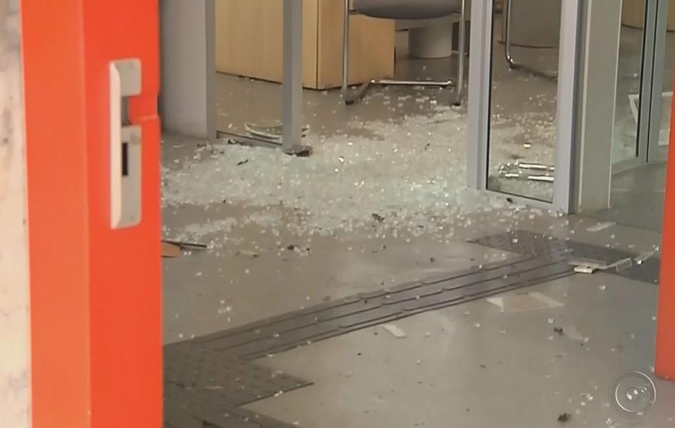 Criminosos explodiram os caixas na agência bancária em Bofete (Foto: Reprodução / TV TEM )