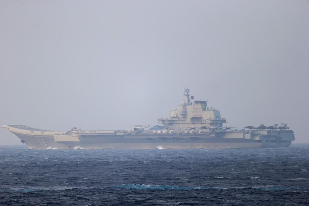 Porta-aviões da China em imagem feita pelo Ministério de Defesa do Japão, em 4 de abril de 2021 — Foto: Divulgação/Ministério de Defesa do Japão/Via Reuters