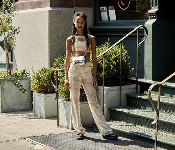 Deixar a barriga à mostra é uma tendência forte do street style (Foto: Imaxtree)