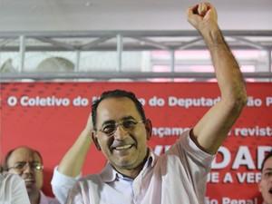 O deputado federal João Paulo Cunha, em ato de apoio contra condenação no mensalão, em Osasco (Foto: Alex Silva/Estadão Conteúdo)