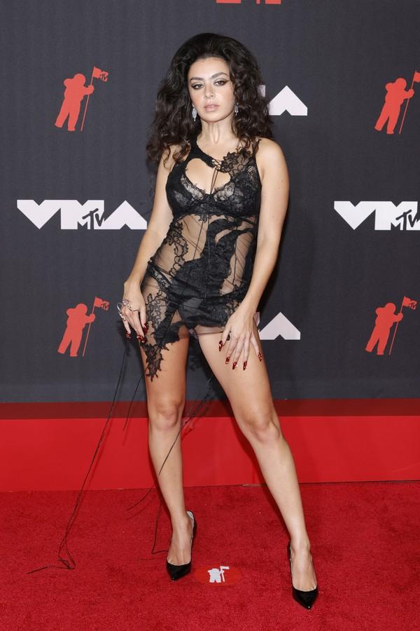 Charli XCX com a calcinha em evidência no VMA 2021 (Foto: Getty Images)