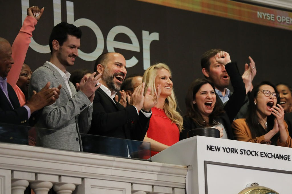 NEW YORK, NEW YORK - MAY 10: Uber CEO Dara Khosrowshahi (center) joins other employees in ringing the Opening Bell at the New York Stock Exchange (NYSE) as the ride-hailing company Uber makes its highly anticipated initial public offering (IPO) on May 10, (Foto: Getty Images)