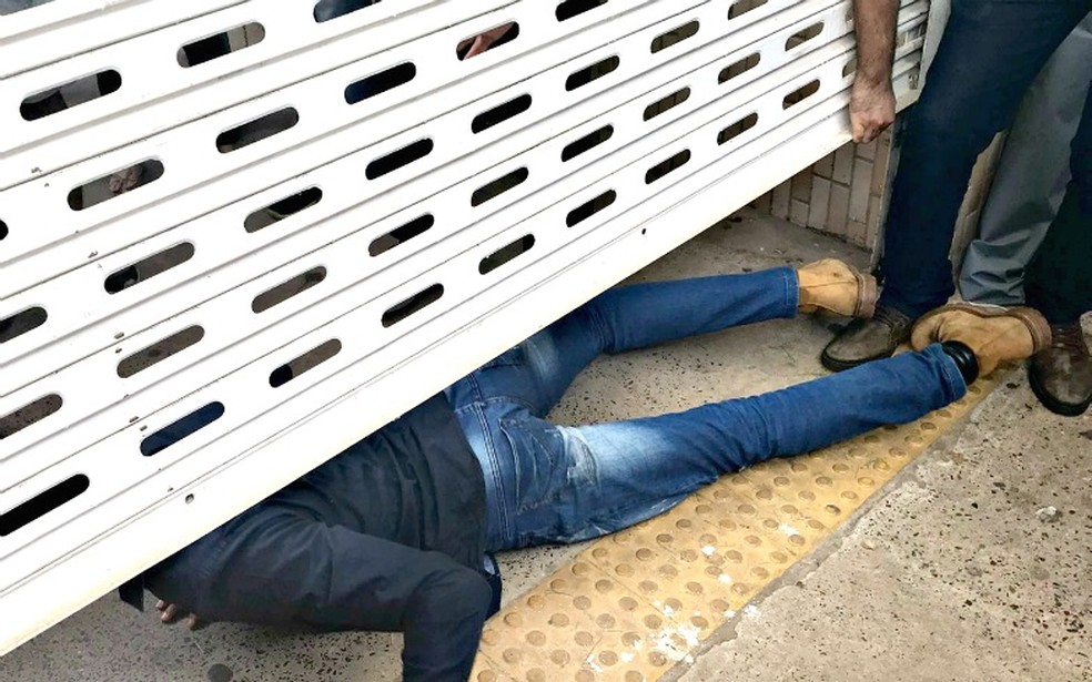 Candidato atrasado se arrastou para passar pelo portão no último minuto (Foto: Lislaine dos Anjos/ G1)