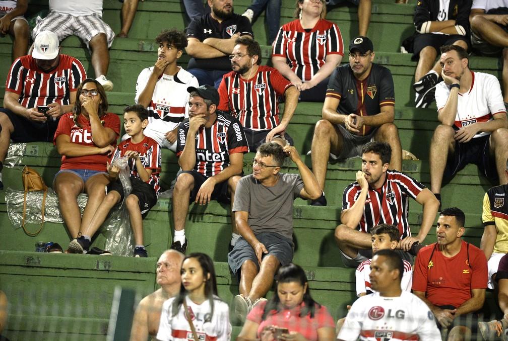 Torcedores do São Paulo acompanham jogo do clube no Pacaembu — Foto: Marcos Ribolli