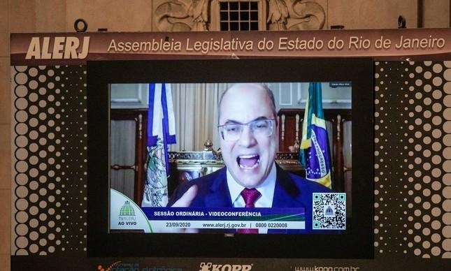Na votação do impeachment, Wilson Witzel discursa pelo telão do Palácio Tiradentes