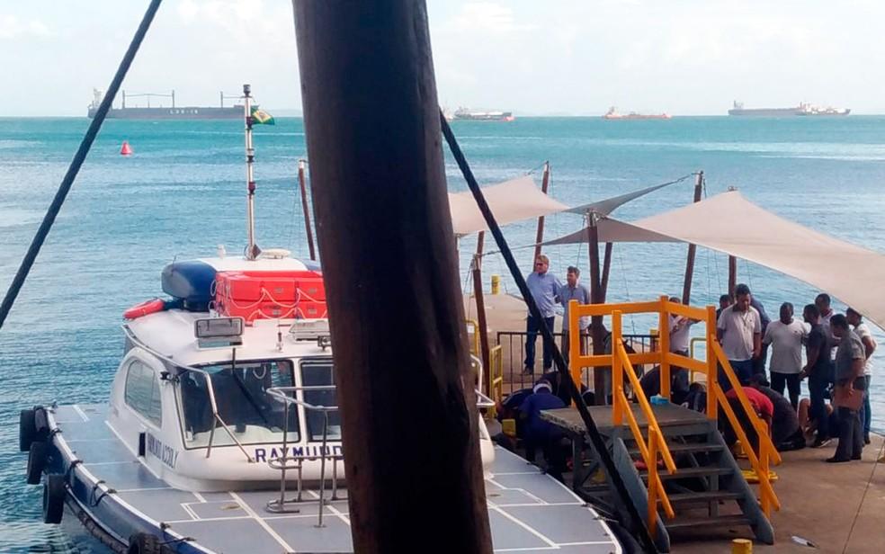 Lancha com passageiros resgatados no terminal Náutico de Salvador (Foto: Juliana Almirante/G1)