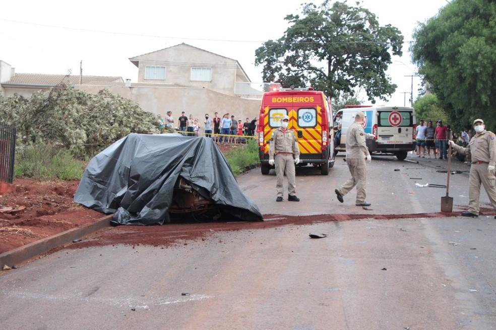 PM informou que carro da família seguia no sentido contrário da caminhonete na rua — Foto: Jornal Paraná Centro