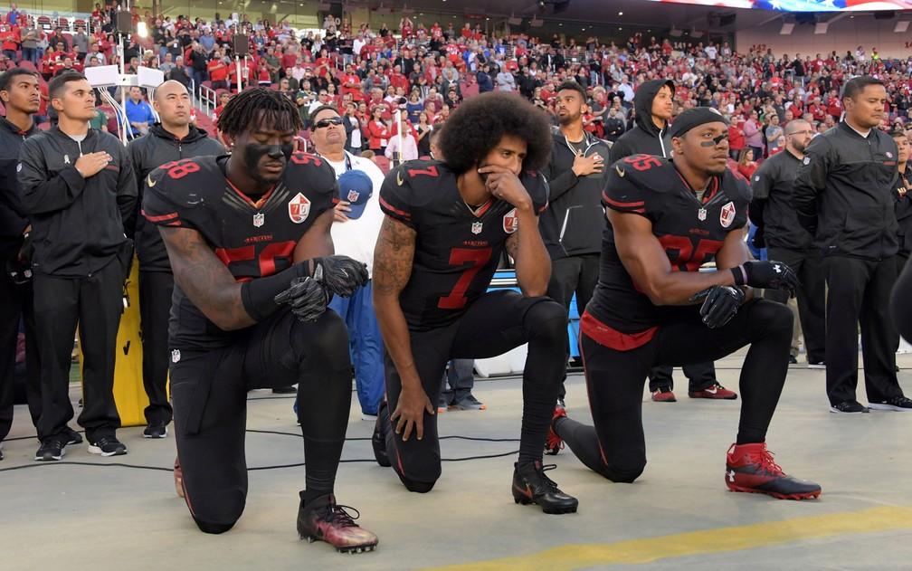 Colin Kaepernick (centro), então quaterback do San Francisco 49ers, começou seu protesto em 2016 — Foto: Kirby Lee-USA Today Sports/File Photo