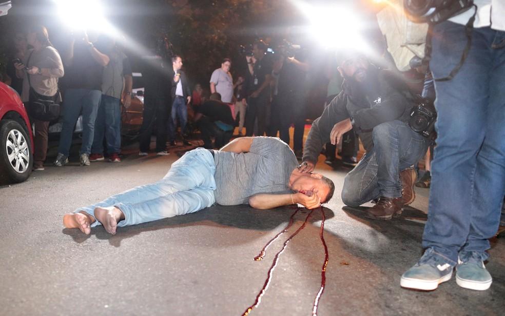 Homem fica ferido após se chocar com caminhão em frente ao Instituto Lula (Foto: Leonardo Benassatto/Reuters)
