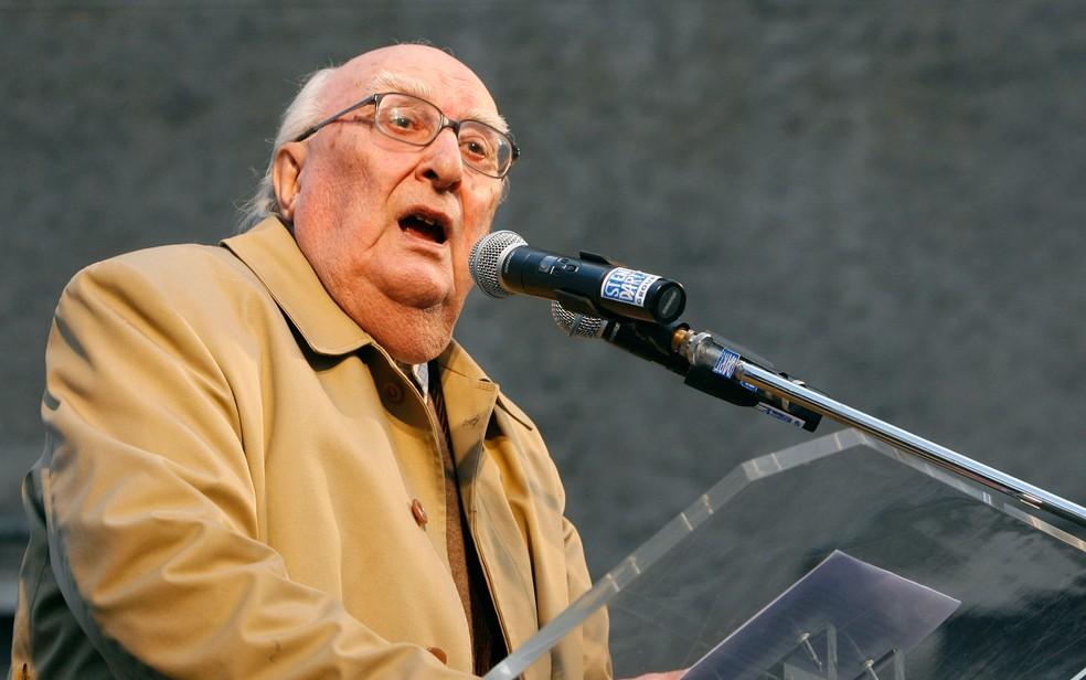Escritor Andrea Camilleri no Vaticano, em imagem de arquivo de 21 de fevereiro de 2009 — Foto: Alessandra Tarantino / Arquivo / AP Photo