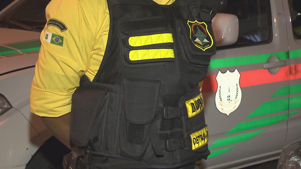 Colete à prova de balas que agente do Detran usava quando foi atingido por tiro no DF (Foto: TV Globo/Reprodução)