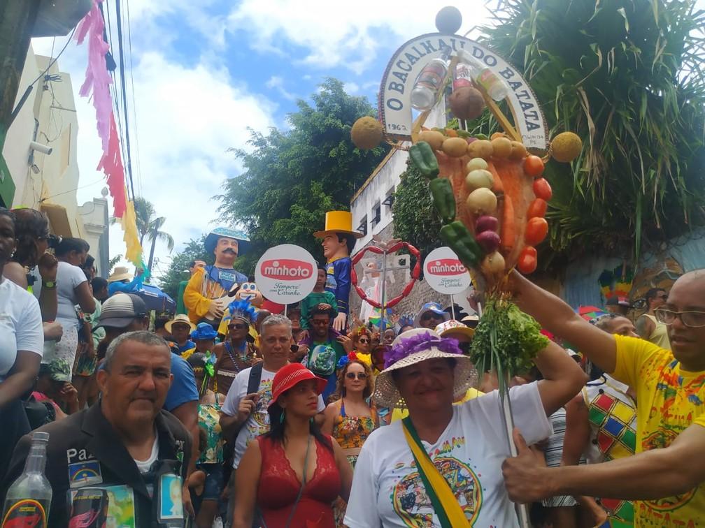 Maria José Neves desfila desde o primeiro ano do Bacalhau do Batata e é a porta-estandarte oficial do bloco — Foto: Caíque Batista/G1